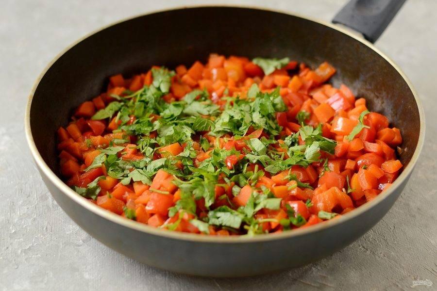 Зелень помойте, обсушите, крупно нарежьте. Добавьте к овощам. Перемешайте и снимите с плиты.