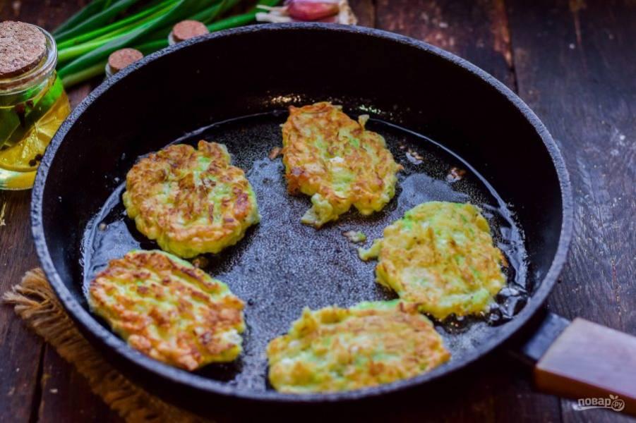 Прогрейте сковороду, смажьте маслом. Теперь сформируйте небольшие оладьи и жарьте их с обеих сторон по несколько минут.