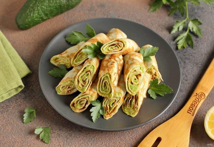 Блины с авокадо готовы. Перед подачей блинчики можно разрезать на две части и украсить зеленью. Приятного аппетита!