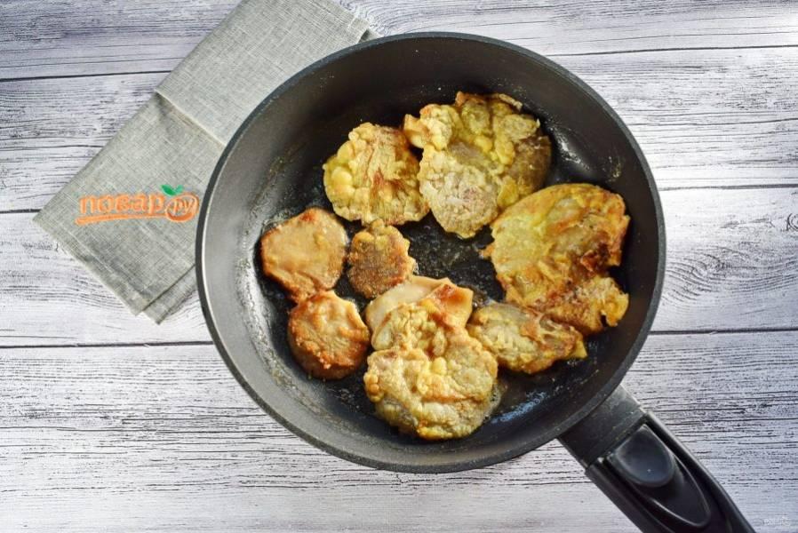 Окуните грибы в яичную смесь, затем обваляйте в крахмале. Обжарьте на разогретом масле до румяной корочки с обеих сторон.