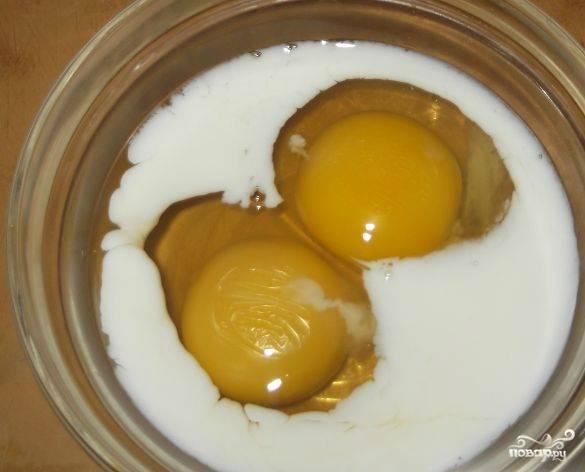 Разбиваем яйца в миску. У меня яйца очень крупные, поэтому, двух штук достаточно. Взбиваю яйца с молоком до появления пенки.