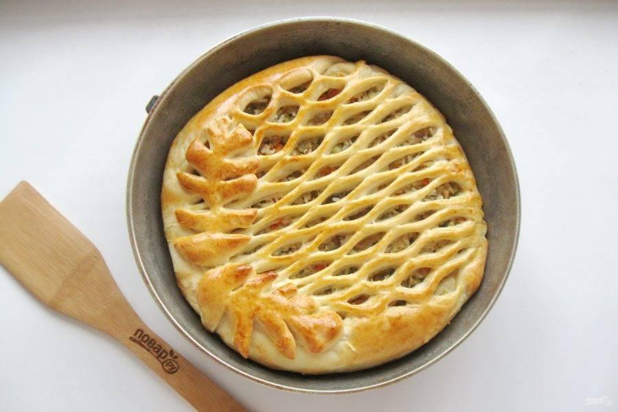 Выпекайте пирог в духовке при температуре 175-180 градусов 35-40 минут до готовности.