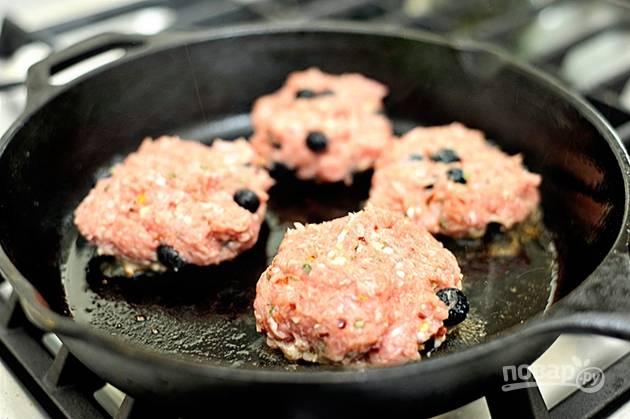 7.Разогрейте сковороду с растительным маслом и выложите мясные шарики, слегка прижмите каждый.