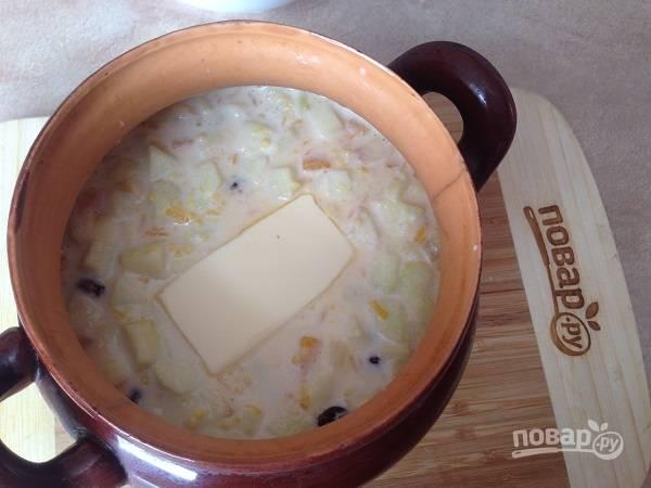 8. Добавим кусочек сливочного масла, закрываем крышкой и отправляем в духовку (в холодную или горячую — зависит от посуды, в которой вы будете запекать кашу).