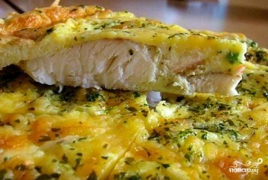 Достаем рыбу спустя положенное время. Выкладываем на тарелочку. Идеально — в разрезе. Все пропеклось, а сверху покрылось сырной корочкой. Кушайте на здоровье!