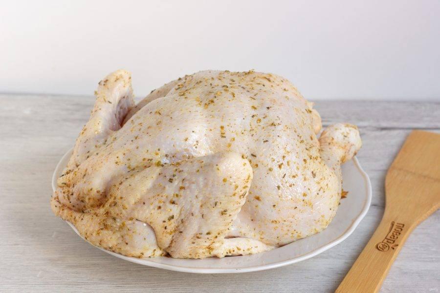 Курицу тщательно помойте, натрите смесью специй и орегано, а также небольшим количеством соли.