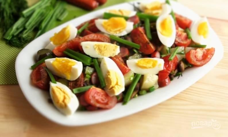 6. Переложите салат на блюдо, сверху выложите теплые запеченные помидоры и червертинки сваренных яиц. Приятного аппетита!
