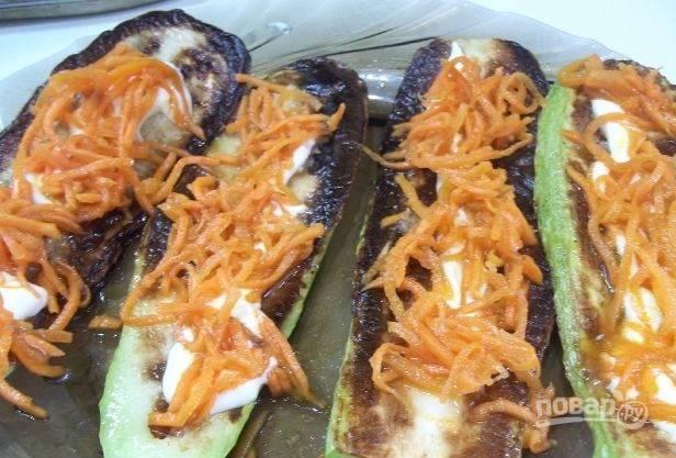 Поверх майонеза кладите корейскую морковь. Постарайтесь как можно тщательнее ее распределить.