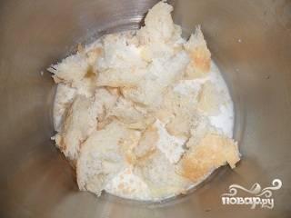 1.С белого хлеба удаляем корочку, затем крошим его и кладем в пиалу с молоком. Разминаем вилкой и оставляем на минут 10, чтоб хлеб размок.