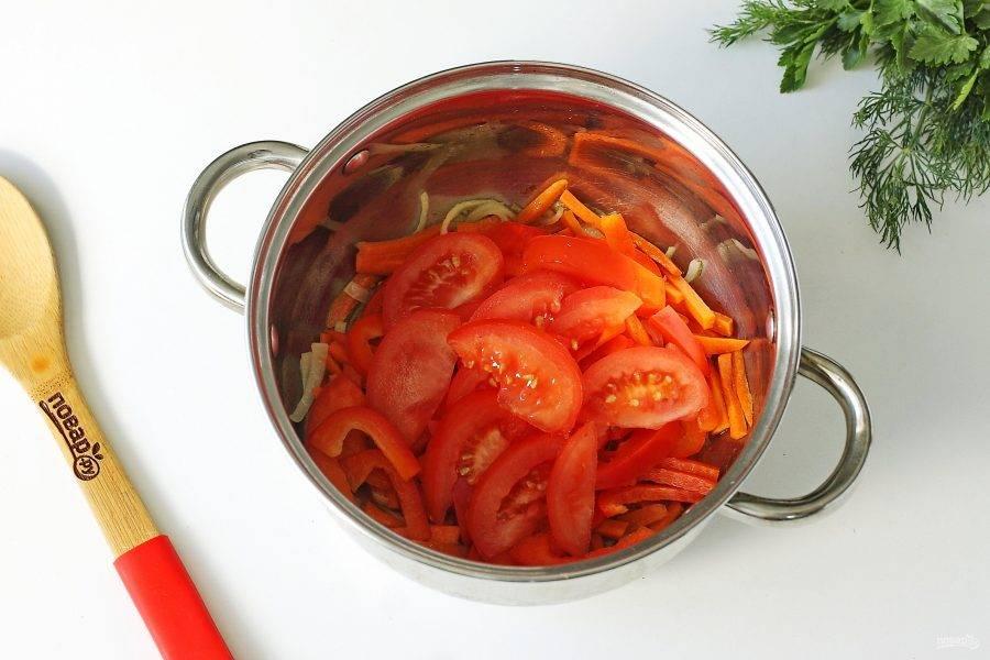 Обжарьте овощи до мягкости. Добавьте помидоры, нарезанные дольками и перец, нарезанный соломкой.