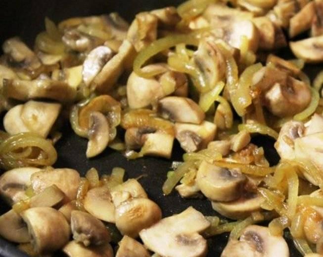 Порежьте лук и грибы и обжарьте вместе на сковороде в течение 10 минут.