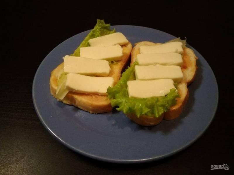5. Затем выложите кусочки сыра.