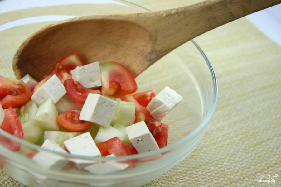 Посолите и перемешайте. Ваш салат с фетой, помидорами и огурцами готов! Просто и вкусно.