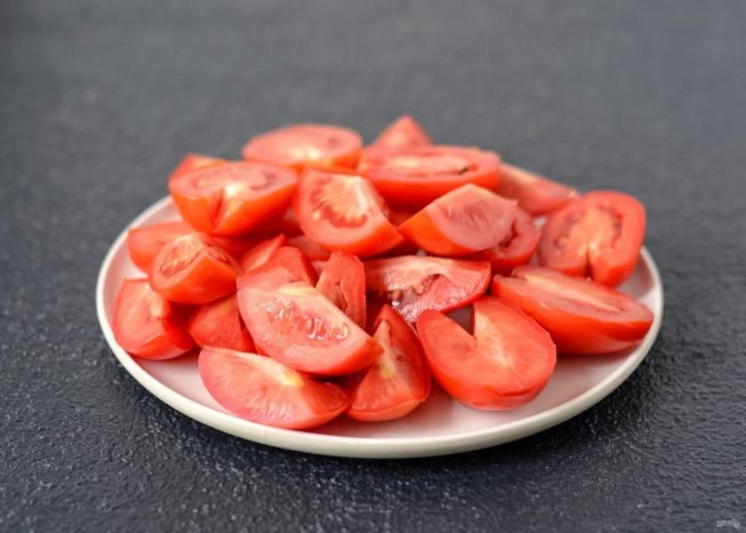 Помидоры нарежьте на половинки. Крупные томаты можно разрезать на четвертинки. По желанию можно вырезать сердцевину.