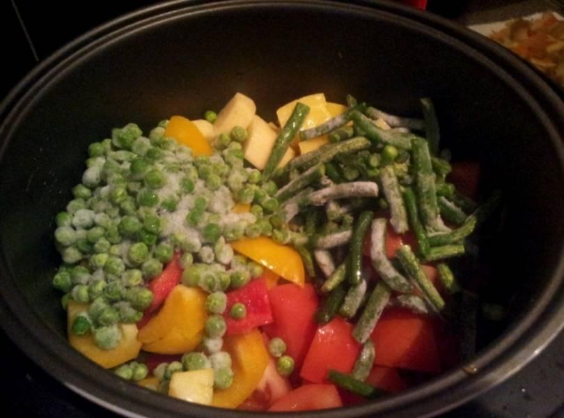 """Когда режим """"Жарка"""" закончится, выкладываем в чашу остальные нарезанные овощи, добавляем фасоль и горошек."""