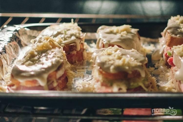 5. Запекайте бутерброды до расплавления сыра.