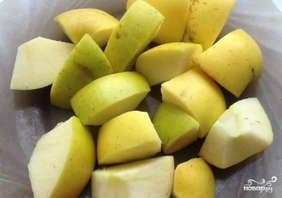 3. Нарежьте яблоки крупными кусочками.
