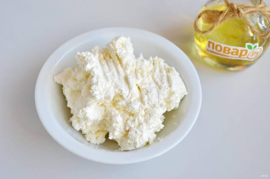 6. Для начинки натрите брынзу на мелкой терке и соедините с творогом. Начинка должна быть в меру соленой, приятной на вкус.