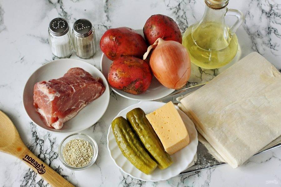 Подготовьте все ингредиенты. Тесто заранее достаньте и дайте полежать при комнатной температуре.