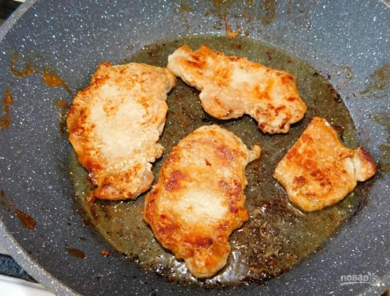 Затем полейте каждый кусочек свинины красным вином. Подождите пока алкоголь выветрится, а мясо пропитается ароматами.