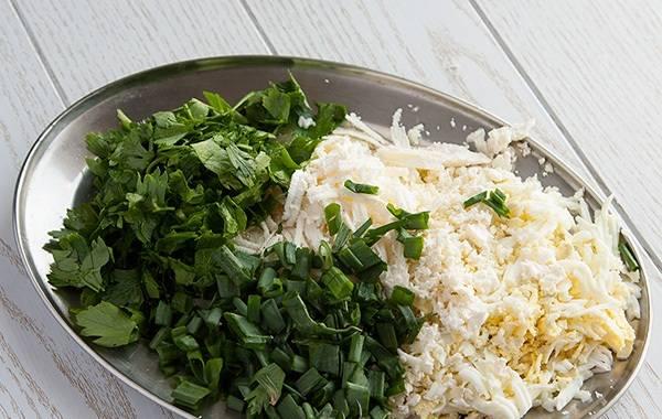 4. Я делаю две начинки. Вторая включает в себя: сливочный или плавленный сыр и зелень. Обе готовые начинки смешиваем с майонезом.