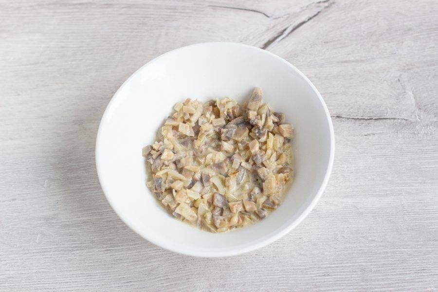Лук и грибы мелко нарежьте. В растительном масле обжарьте лук, затем добавьте грибы и в конце приготовления одну минуту потушите со сметаной. Посолите по вкусу.