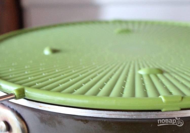 4.Откройте крышку, переверните каждый кружочек, посолите и поперчите, готовьте 4-5 минут под закрытой крышкой.
