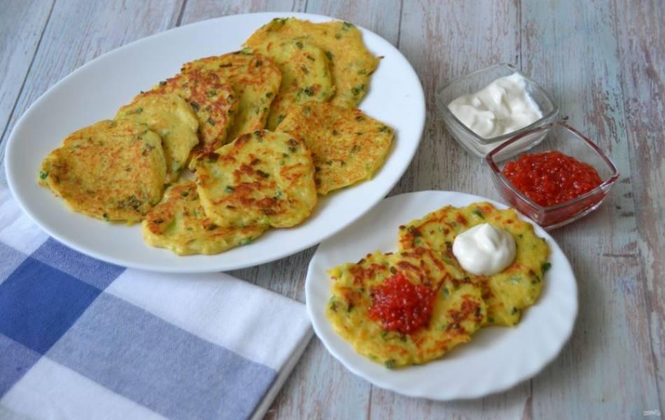 Подавайте драники со сметаной, в праздничном варианте можно подать к таким драникам икру или соленую красную рыбу. Это очень вкусное блюдо, которое может быть как будничным, так и праздничным.