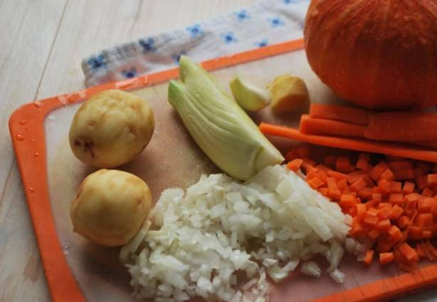Все овощи промойте, почистите и порежьте кубиками. Только лук, пастернак и морковку нарезаем мелкими кубиками, а фенхель, картофель и тыкву - средними, можно даже крупными. Чеснок и имбирь измельчите, имбирь можете натереть на мелкой терке.