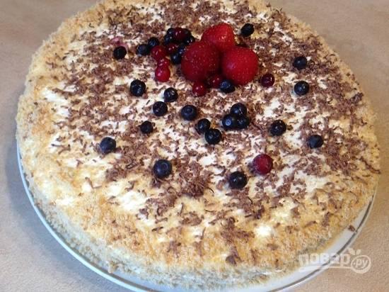 Я украсила еще и тертым шоколадом и ягодами. Ставим торт в холодильник на ночь для пропитки.