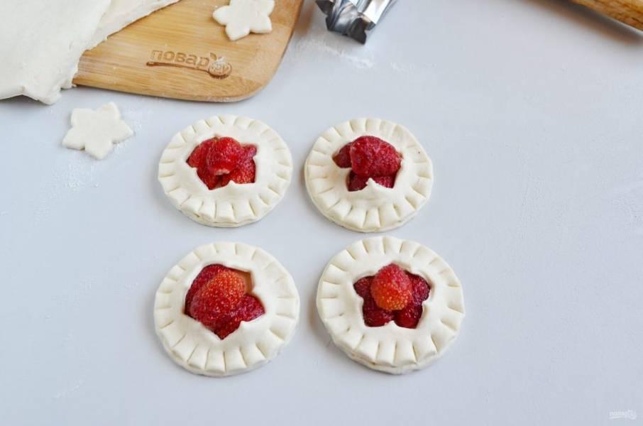 4. Накройте тесто с отверстиями, как на фото. Вилочкой или обратной стороной ножа придавите край. Готово!