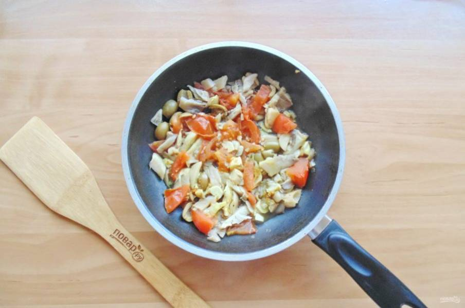 Влейте белое вино, посолите, поперчите и тушите овощи с грибами 3-4 минуты, перемешивая.
