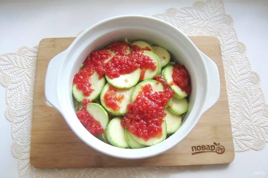 Помидоры помойте, измельчите любым способом и полученной массой залейте овощи. У меня был уже готовый томатный морс. Налейте рафинированное подсолнечное масло, добавьте сахар и 100 мл. воды.