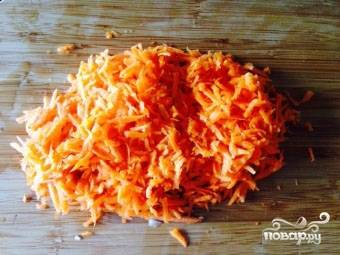3.Морковь мы также очищаем и измельчаем. Я для этого использую терку.
