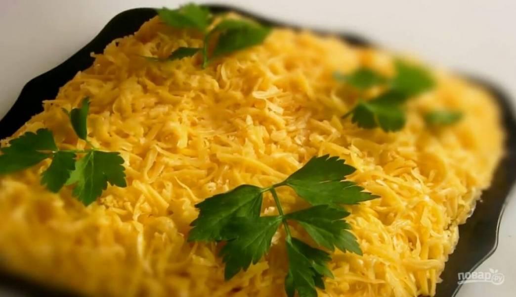 5. Украшаем яичными желтками и зеленью. Приятного аппетита!