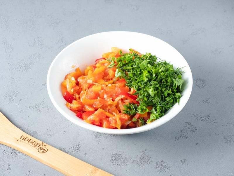 В другой сковороде в растительном масле обжарьте лук, затем добавьте морковь, перец и томаты. В последнюю очередь добавьте чеснок, жарьте ещё 1-2 минуты и выключайте. В обжаренным овощам добавьте рубленную зелень.