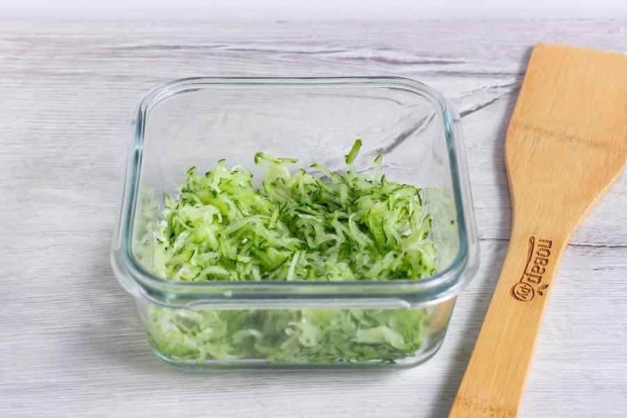 Осталось приготовить соус. Огурец натрите на мелкой терке, дайте ему постоять 7-10 минут, чтобы выделился сок и слейте его.
