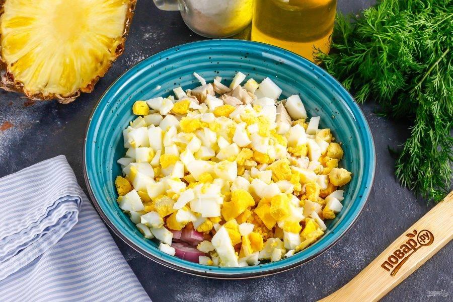 Очистите куриные яйца от скорлупы и промойте в воде, нарежьте кубиками и добавьте в емкость.