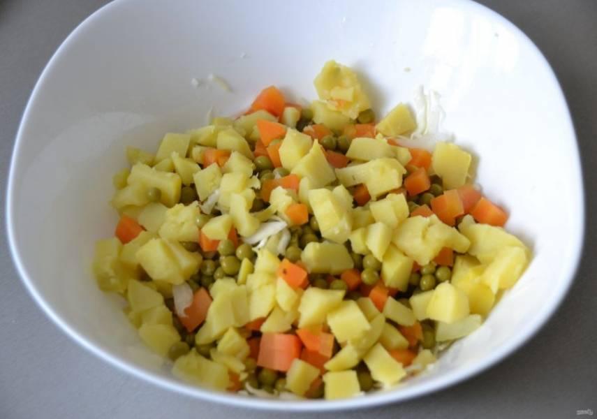 Добавьте порезанные кубиком морковь и картофель.