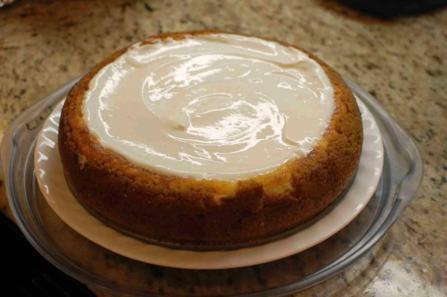Можете взбить сметану с сахаром и смазать верх пирога этой смесью.  Перед подачей на стол храните в холодильнике.
