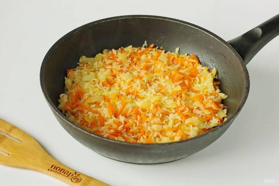 Обжарьте рис помешивая в течение 2-3 минут, чтобы он хорошо пропитался маслом.