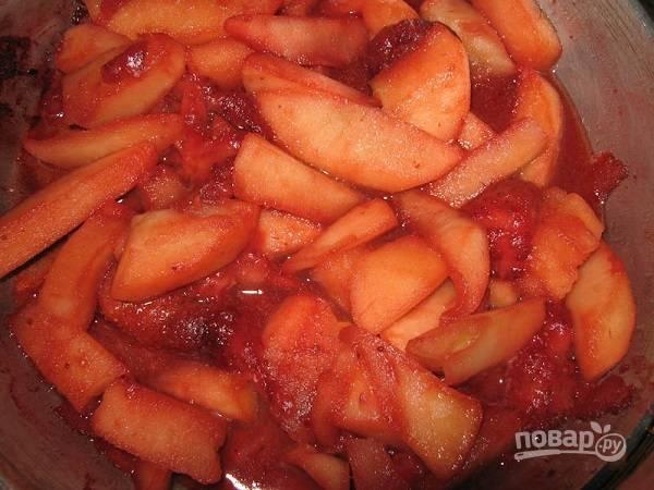 2. Чтобы сделать нереально вкусную начинку, растопите на сковороде сливочное масло и добавьте коричневый (можно обычный) сахар. Яблоко очистите и нарежьте тонкими дольками. Обжарьте 5-6 минут. После добавьте нарезанную клубнику и щепотку корицы. Перемешайте и снимите с огня. Все, начинка готова.