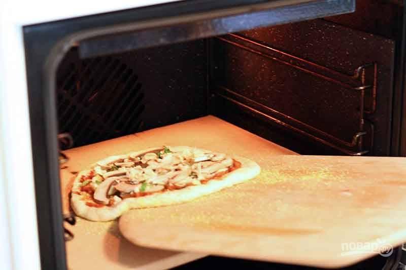 Духовку хорошо разогрейте до 220 градусов и выпекайте пиццу минут 15.