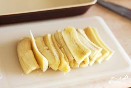 1.Бананы очистите от кожуры и нарежьте тонкими продольными ломтиками. Лучше брать спелые мягкие плоды.
