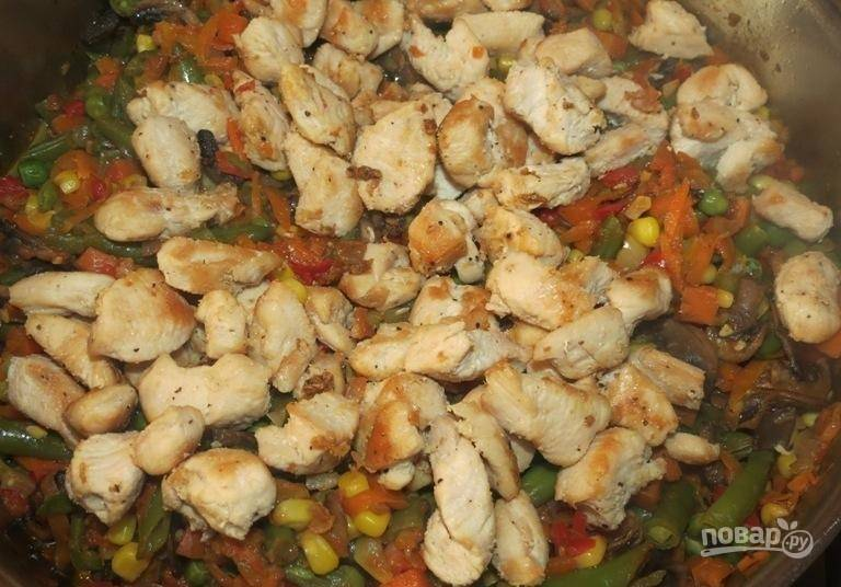 13.Накрываю крышкой сковороду, готовлю до мягкости всех овощей, в самом конце добавляю куриное филе.