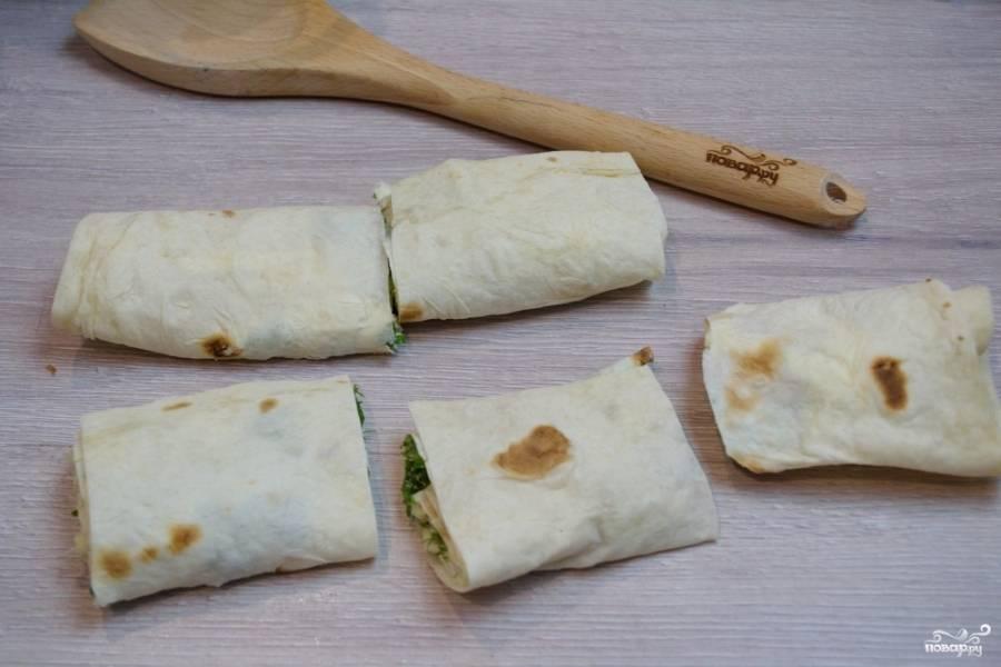 Нарежьте лаваш на сегменты. Это можно сделать ножом или при помощи кухонных ножниц. Оптимальная длина сегментов - около 7 сантиметров.