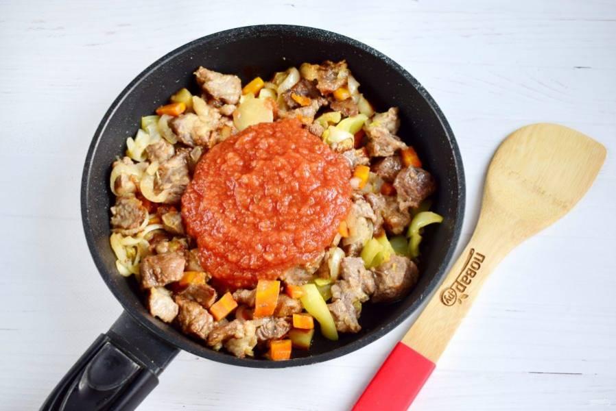 Добавьте томатное пюре, готовьте еще пару минут.