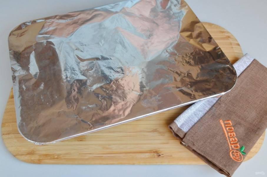 7. Накройте фольгой плотно форму, поставьте в горячую духовку и запекайте при 200 градусах 45 минут. За 10 минут до конца снимите фольгу и зарумяньте мясо.