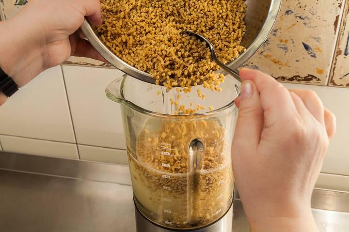 Наливаем в блендер полтора литра бульона из индейки и добавляем очищенные и пропущенные два раза через мясорубку грецкие орехи.