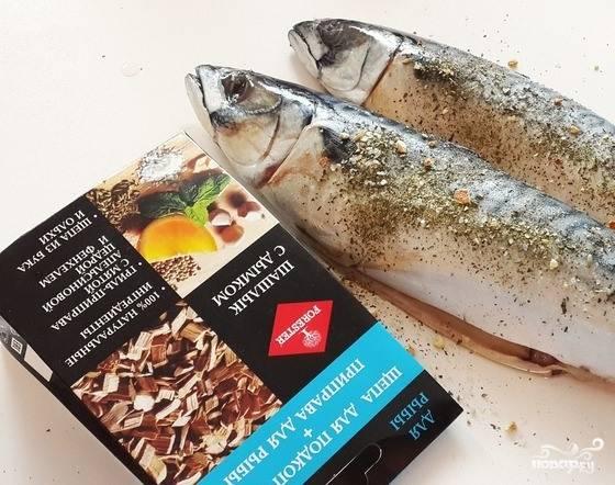 Если вы используете замороженную скумбрию, то ее следует предварительно разморозить. Затем выпотрошите рыбу, достаньте из нее жабры. Натрите скумбрию специями.